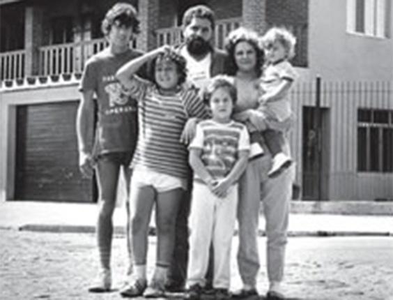 Em foto sem data, Lula e Marisa posam com os filhos em frente à casa onde morou em São Bernardo (SP)