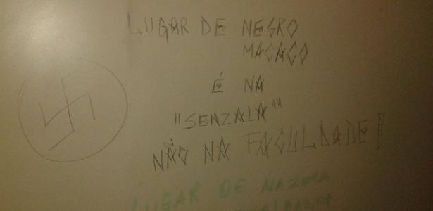 Na quarta-feira (15), uma mensagem racista foi encontrada em um dos banheiros da Uninove, no campus da Barra Funda, em São Paulo. A mensagem foi apagada  - Reprodução/Facebook