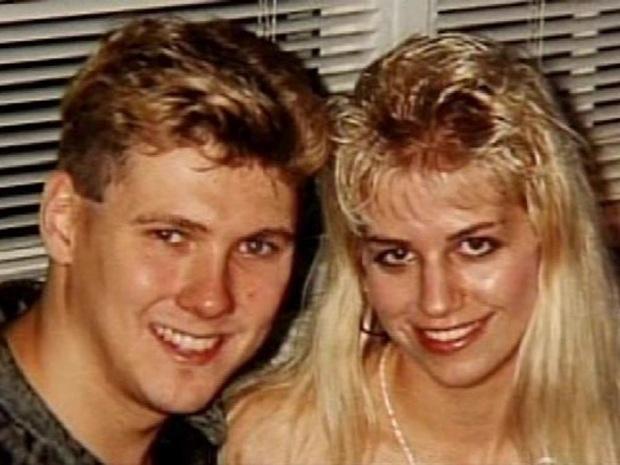 """Entre 1972 e 1978 - Paul Bernardo e Karla Homolka - A polícia sabia que o casal gravava vídeos dos crimes, mas não conseguiu achá-los e aceitou o acordo para que a jovem fosse testemunha e Paul, condenado. Mas as fitas foram encontradas logo depois, e a defesa do marido mostrou a esposa não como vítima, mas como cúmplice ativa nos crimes. Ela atuava para as câmeras, filmou Paul estuprando Tammy, participou fazendo sexo oral na própria irmã, e, após a morte da jovem, fingiu ser a vítima enquanto transava com o marido em meio às bonecas da garota, dizendo que """"adorou ver Tammy sendo estuprada"""" e afirmando que encontraria novas virgens para ele. Nos vídeos de outras vítimas, ela aparecia gritando com as jovens, ensinando-as a dar prazer a Paul. A promotoria foi publicamente massacrada após ficar claro que Karla não era uma vítima. Ele foi condenado em 1995 e poderá tentar obter a liberdade condicional após 25 anos preso. Karla foi solta em 2005, mudou de nome, casou e agora é mãe de um menino."""