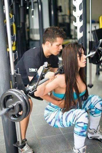 22.out.2014 - Auxiliada pelo personal Edu Sene, Suzy Cortez faz um treino de agachamento para definir pernas e bumbum
