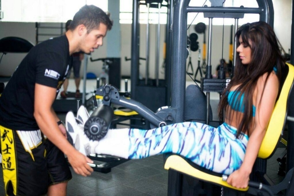 22.out.2014 - Força na peruca! A modelo Suzy Cortez segue uma rotina de treinos de musculação e muay thai para manter o corpo e as belas curvas