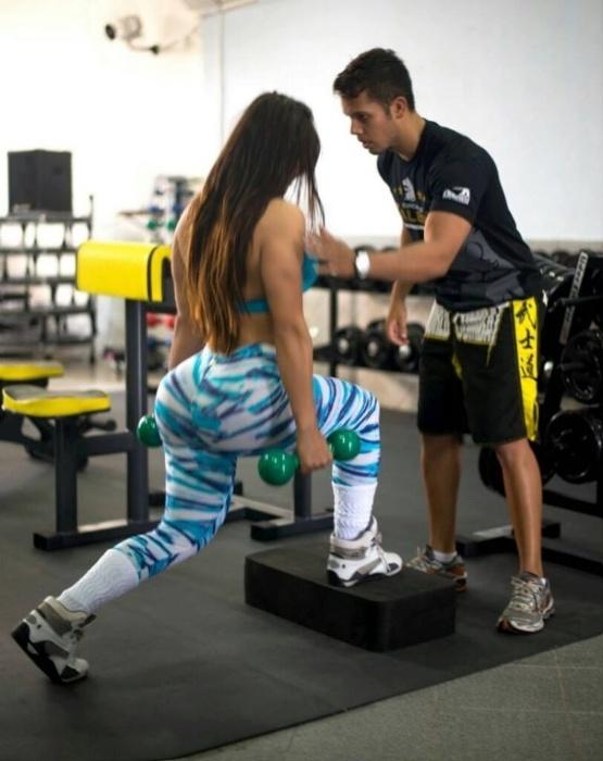 22.out.2014 - Suzy Cortez pega pesado na musculação para manter suas belas curvas