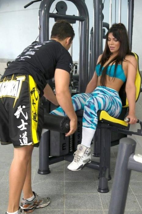 22.out.2014 - Suzy Cortez segue uma rotina de treinos de musculação e muay thai para manter o corpo e as belas curvas
