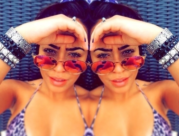 """25.out.2014 - Rafaella Santos, irmã de Neymar que faz sucesso na internet, postou uma foto que deixou os fãs que a seguem no Instagram bem animados. Nela, a gata aparece duplicada, ou seja, é possível admirar duas vezes a beleza da gata. A montagem, que mostra a bela de biquíni e óculos de sol, também é seguida de uma declaração: """"Não me foco em entender quem transforma uma leve brisa em um tornado, mas quem guarda em sí, o que deveria gritar para o mundo"""""""