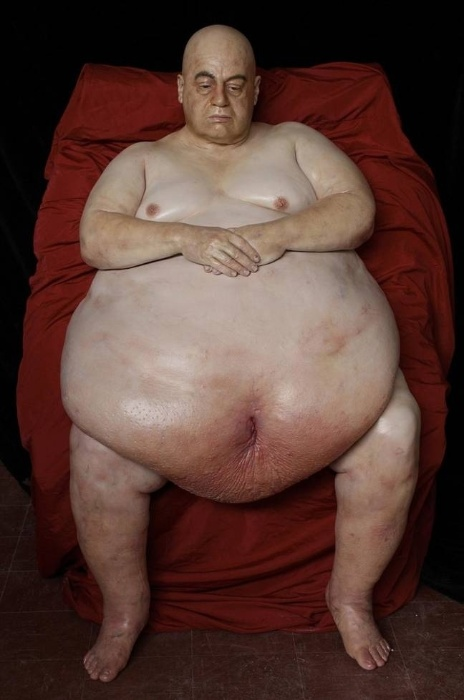 31.out.2014 - Marc Sijan é um escultor tão bom que as pessoas sequer acreditam que seu trabalho seja real. Um exemplo é a foto acima, de uma das obras dele. Parece até uma pessoa de verdade, não é mesmo? Mas não é! A atenção aos detalhes é impressionante, além de uma honestidade impressa em cada (im)perfeição do corpo humano. Nascido nos EUA, ele geralmente gasta cerca de seis meses a um ano em cada obra, embora trabalhe em mais de uma escultura ao mesmo tempo