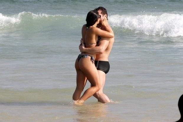 1.nov.2014 - Pérola Faria e o namorado Maurício Mussalli curtiram o sábado na praia da Barra da Tijuca, no Rio. O clima entre os dois esquentou no mar. O casal trocou abraços e beijos empolgados. De fio dental, a atriz exibiu sua ótima forma