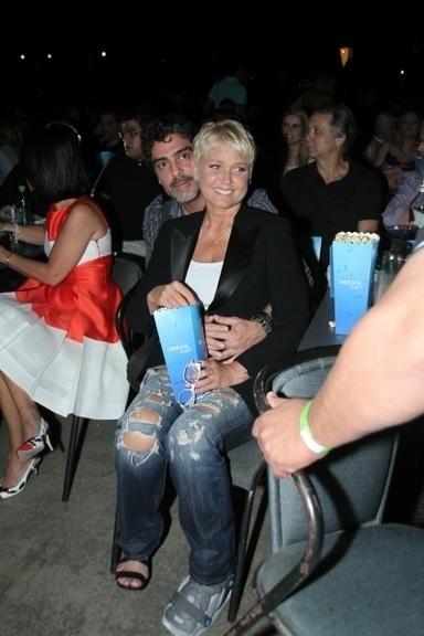 2.nov.2014 - Xuxa e Juno curtiram o show da dupla Victor e Leo, que aconteceu no Citibank Hall, no Rio de Janeiro, no último sábado (1)
