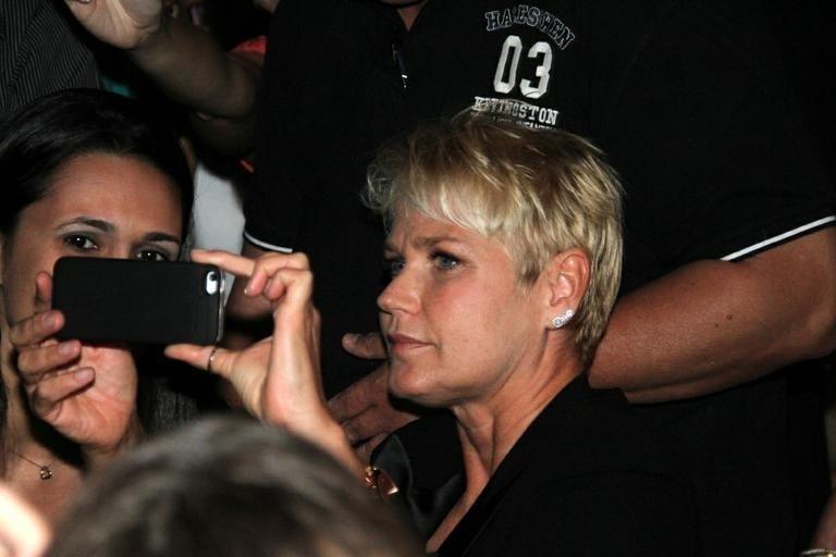 2.nov.2014 - Xuxa e Juno curtiram o show da dupla Victor e Leo, que aconteceu no Citibank Hall, no Rio de Janeiro, no último sábado (1). Junno sorriu para os paparazzi, já a apresentadora aproveitou para atender aos fãs que queria tirar fotos ao seu lado