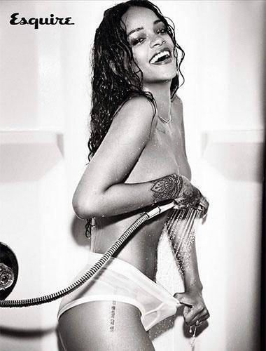 4.nov.2014 - Rihanna sensualiza com poses bem ousadas em ensaio para a revista Esquire de dezembro. A cantora, que postou as fotos no Instagram, foi clicada pelas lentes da fotógrafa Ellen Von Unwerth, em Nova York. Em 2011, Riri - como é conhecida- foi eleita pela mesma publicação a mulher mais sexy do mundo