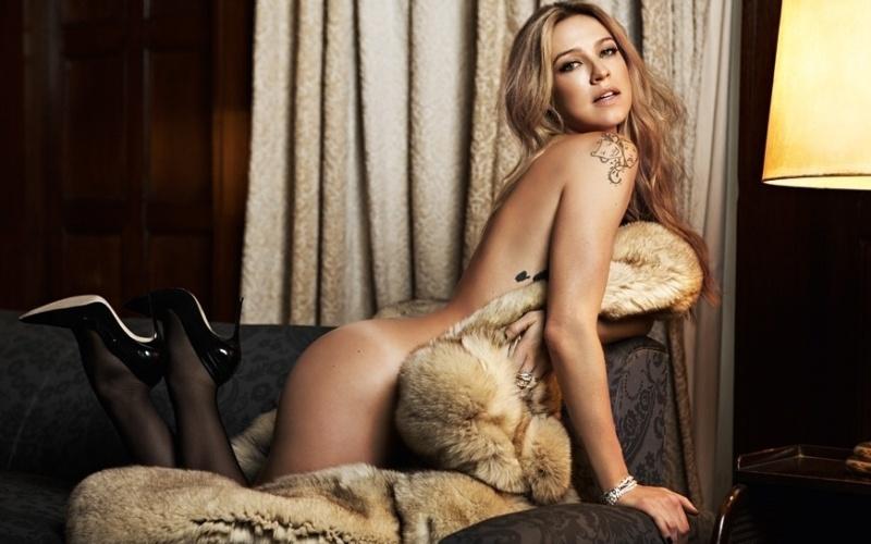 7.nov.2014 - Em foto inédita de ensaio para a revista VIP, Luana aparece quase nua e exibe tatuagens. A atriz foi capa e recheio da edição de outubro da publicação.