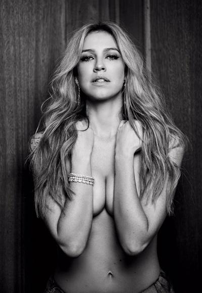 7.nov.2014 - Luana Piovani aparece poderosa em foto inédita do ensaio para a edição de outubro da revista VIP. Na imagem, a atriz posa de topless.