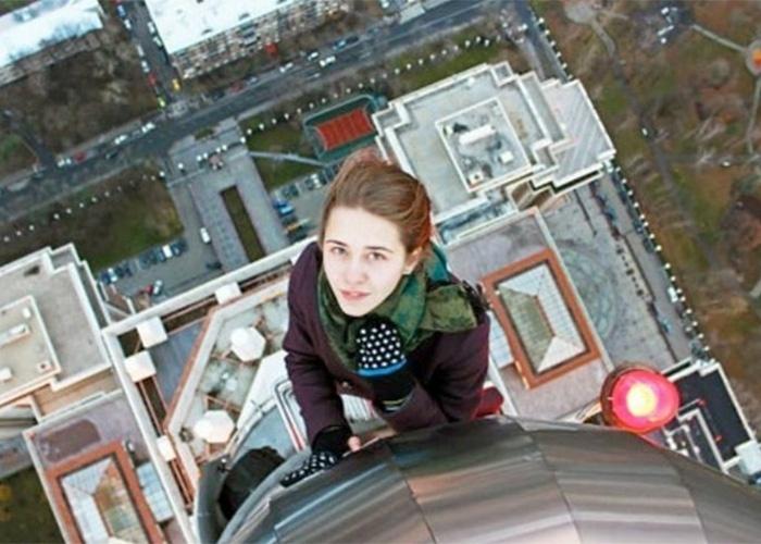 18.ago.2014 - Xenia Ignatyeva, de 17 anos, ficou famosa nas redes sociais por registrar selfies em diversas edificações. O último clique da garota russa lhe custou a vida: ela caiu uma ponte de nove metros em São Petersburgo, na Rússia, enquanto tentava fazer um autorretrato. A imagem da queda não foi divulgada. Acima, Xenia durante uma de suas fotografias perigosas