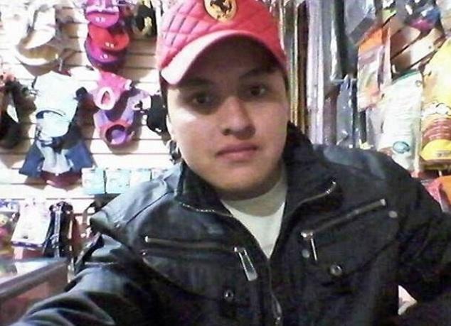 4.ago.2014 - O mexicano Oscar Otero Aguilar, de 21 anos, morreu após o registro desta imagem. Segundo informações do Daily Mail, o jovem teria tentado tirar uma selfie com uma de suas armas para postar no Facebook. Acidentalmente, o revólver disparou e atingiu a cabeça.do rapaz