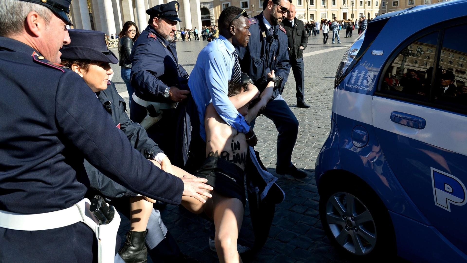 14.nov.2014 - Ativista do Femen é detida após protesto na praça São Pedro, no Vaticano, contra a visita do papa Francisco ao parlamento da União Europeia. A manifestação envolvendo três integrantes do grupo pedia o fim da influência religiosa nas decisões políticas