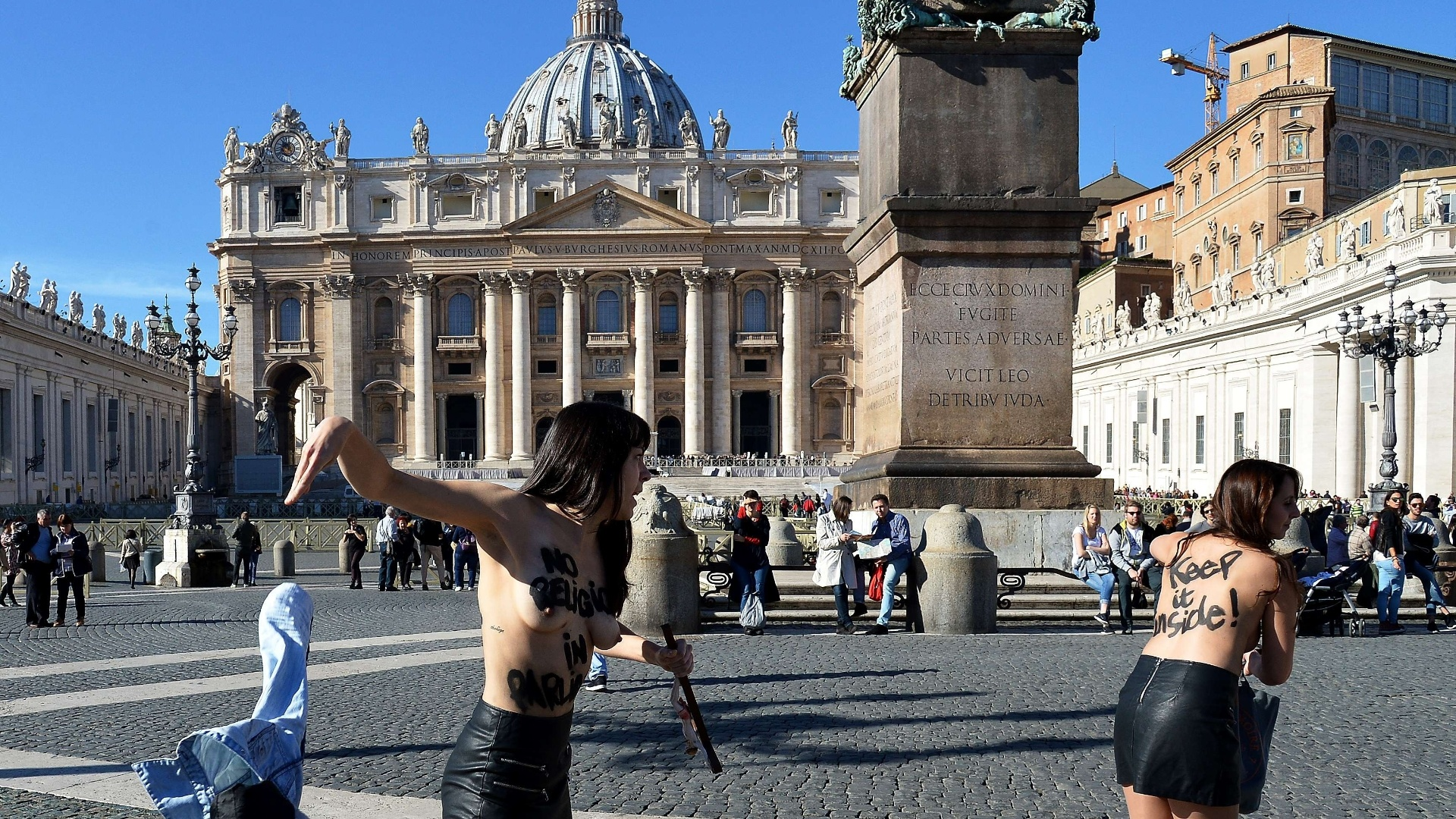 14.nov.2014 - Três ativistas do Femen protestam contra a visita do papa Francisco ao parlamento da União Europeia, na praça São Pedro, no Vaticano. As manifestantes pediam o fim da influência religiosa nas decisões políticas