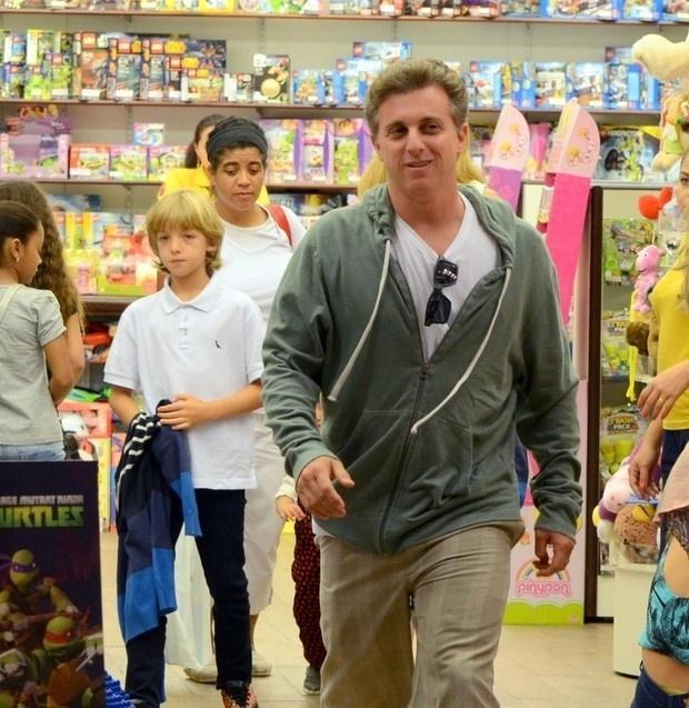 16.nov.2014 - Luciano Huck e Angélica foram vistos com os filhos passeando no shopping da Barra da Tijuca, na zona oeste do Rio. O casal levou os três filhos em uma loja de brinquedos