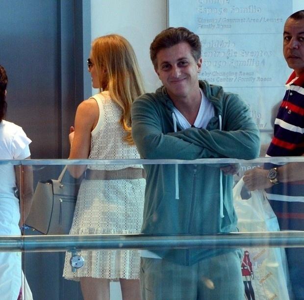 16.nov.2014 - Luciano Huck e Angélica foram vistos com os filhos passeando no shopping da Barra da Tijuca, na zona oeste do Rio. O casal levou os três filhos em uma loja de brinquedos. Quando percebeu que estava sendo fotografado, Luciano sorriu, meio sem jeito, para o paparazzo