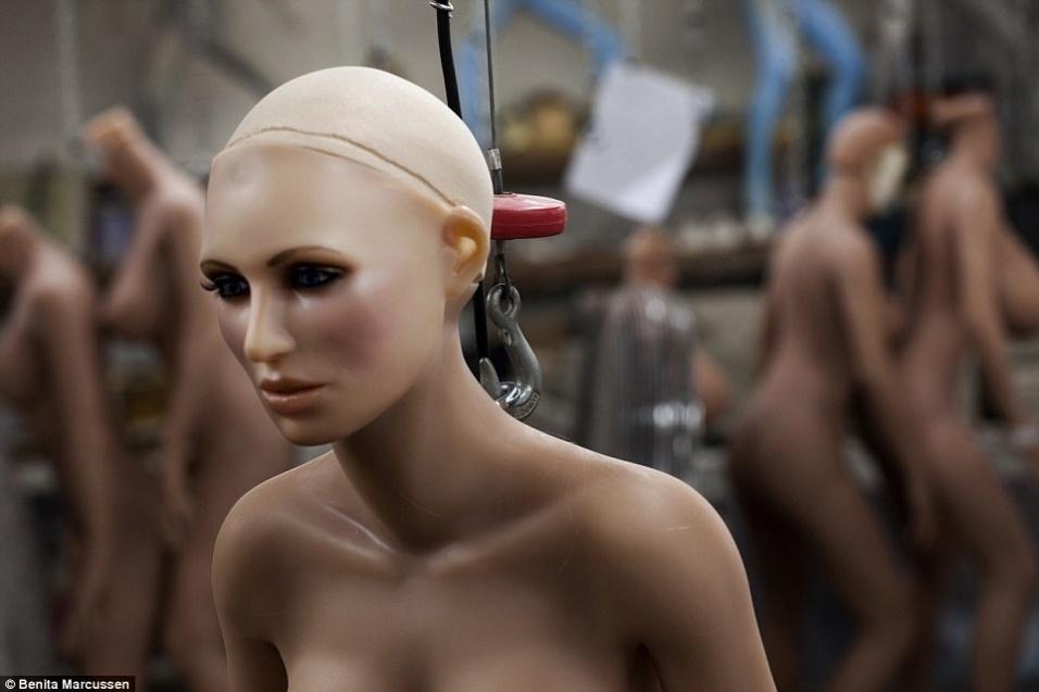 16.nov.2014 - A imagem  mostra uma fábrica de bonecas realistas na Califórnia, nos Estados Unidos. Cada modelo de silicone leva cerca de 80 horas para ficar pronto, e o preço varia entre 1000 a 33.000 mil euros (cerca de R$ 3.200 a R$ 106 mil). Os compradores costumam usar as bonecas como brinquedos sexuais ou para fantasias eróticas, mas alguns só usam as manequjins realistas como objeto de arte ou decoração