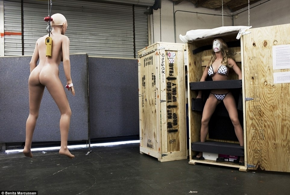 16.nov.2014 - A imagem  mostra uma fábrica de bonecas realistas na Califórnia, nos Estados Unidos. Com muitos dos modelos, é possível mudar a rosto e o corpo, permitindo que os proprietários de boneca possam alterar o