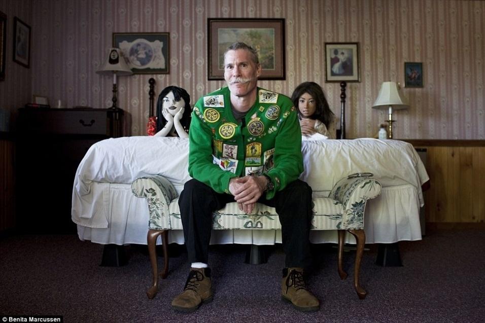 16.nov.2014 - Chris passou a se relacionar com as bonecas  Lala Salama (esq.) e Grace Park (dir.) após o divórcio. A imagem faz parte da série fotográfica