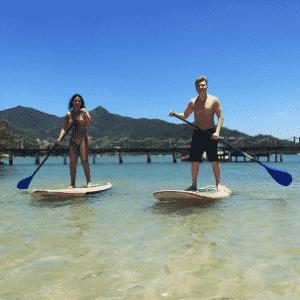 """17.nov.2014 - Michel Teló usou o Instagram para mostrar que está praticando stand up paddle com a mulher, a atriz Thais Fersoza, durante uma viagem romântica. """"Casal que faz stand up unido, permanece unido..."""", escreveu ele - Reprodução/Instagram"""