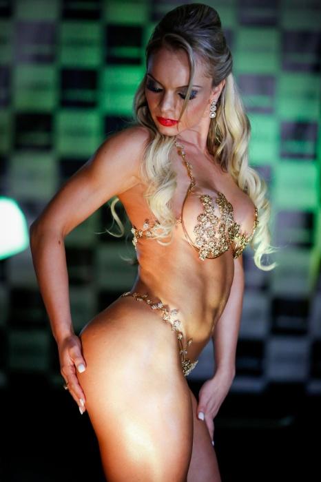 18.nov.2014 - Indianara Carvalho, campeã do Miss Bumbum Brasil 2014, se apresenta no palco da final do evento.
