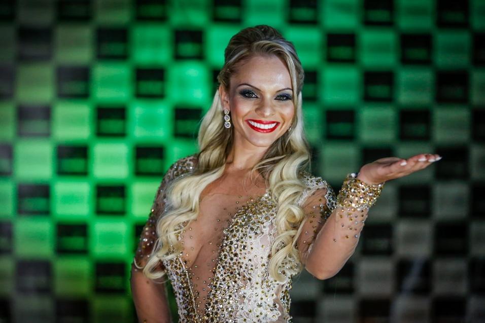 18.nov.2014 - Usando vestido de gala, Indianara Carvalho, campeã do Miss Bumbum Brasil 2014, se apresenta no palco da final do evento.