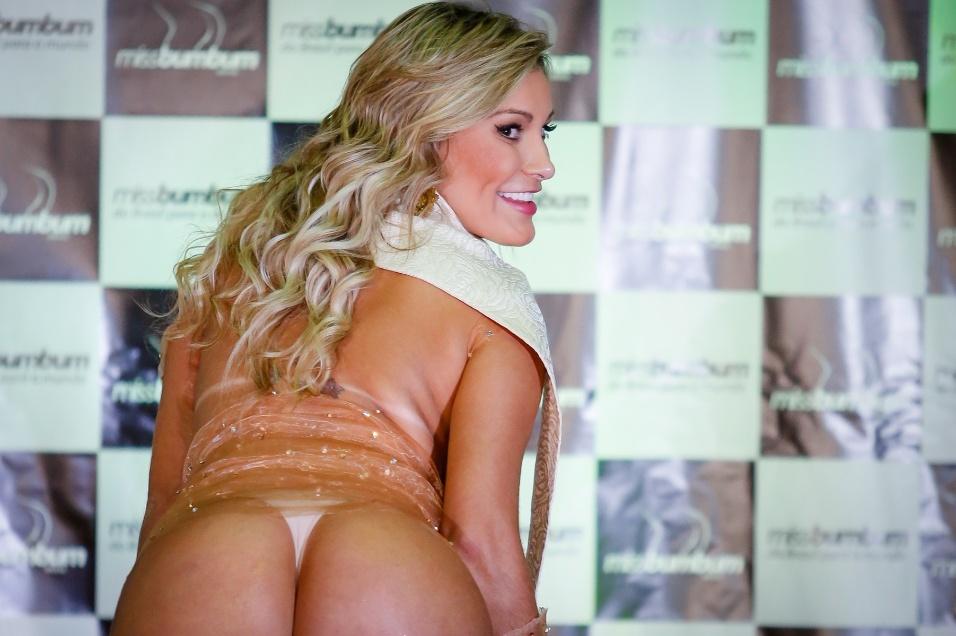 18.nov.2014 - Com vestido transparente, Andressa Urach comandou o Miss Bumbum Brasil 2014