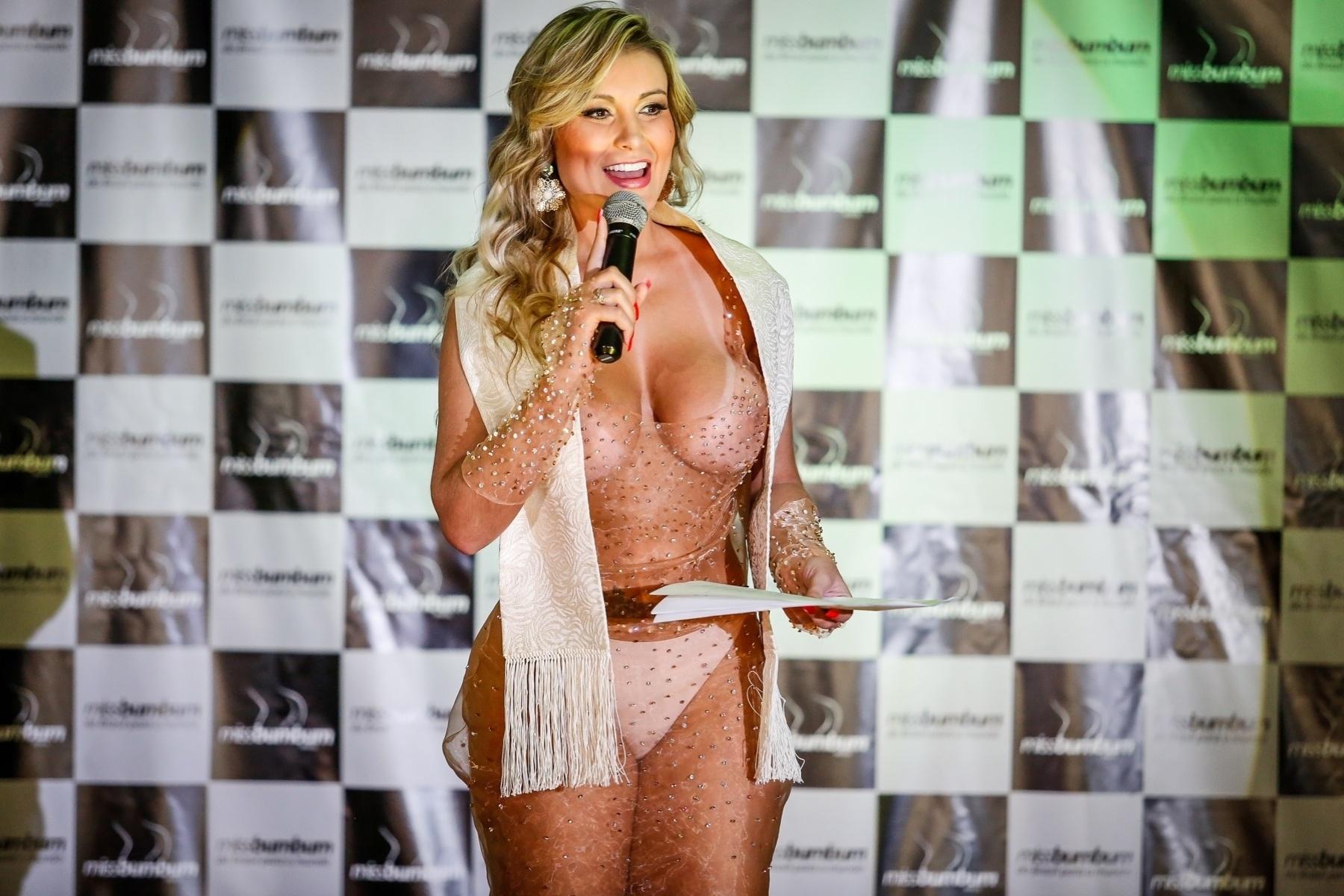 18.nov.2014 - Com vestido transparente, Andressa Urach comandou o Miss Bumbum Brasil 2014.