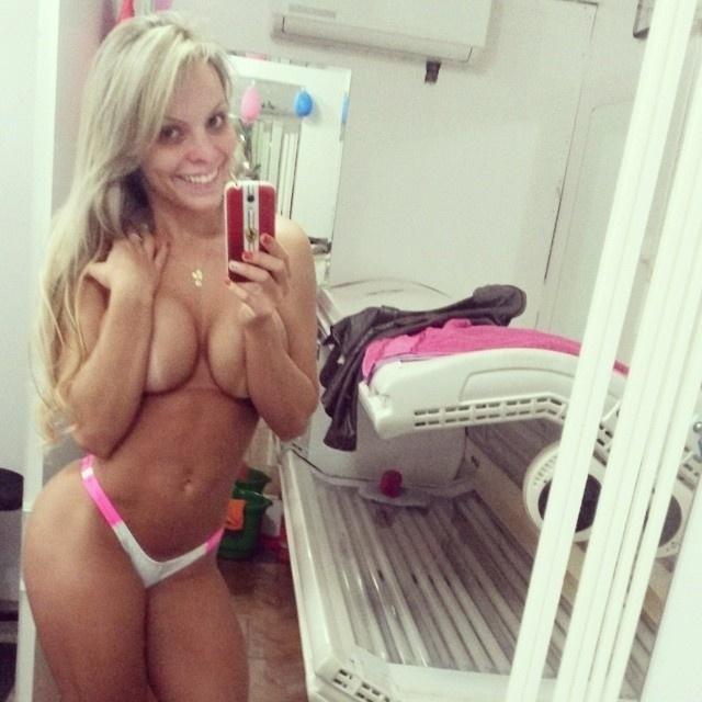21.nov.2014 - A campeã Indianara Carvalho, 22, coleciona uma série de fotos para lá de quentes em seu Instagram. Dona do 'bumbum mais bonito do Brasil', a beldade tem mais de 19 mil seguidores na rede social, que curtem e elogiam as curvas da loiraça.