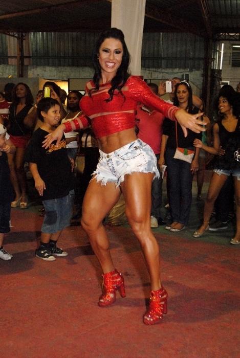 23.nov.2014 - De shortinho jeans curtíssimo e blusinha vermelha, Gracyanne Barbosa estava bem à vontade no ensaio da X9 Paulistana