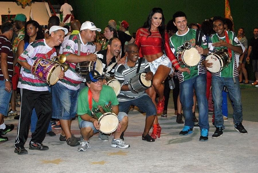 23.nov.2014 - Durante o ensaio da X9 Paulistana, a rainha de bateria Gracyanne Barbosa brincou e sambou com as crianças da comunidade e posou com fãs e admiradores