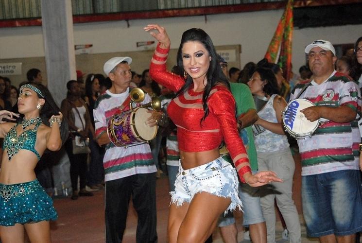 23.nov.2014 - Gracyanne Barbosa exibiu os pernões durante ensaio da escola de samba X9 Paulistana