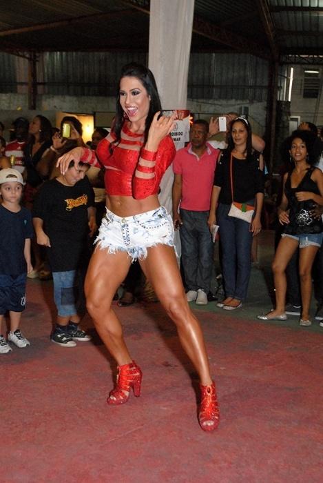 23.nov.2014 - Gracyanne Barbosa mostrou muita disposição e samba no pé durante ensaio da escola de samba X9 Paulistana, na zona norte de em São Paulo