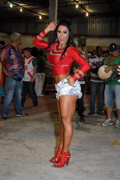 23.nov.2014 - Gracyanne Barbosa, rainha de bateria da X9 Paulistana, mostrou samba no pé durante ensaio da escola em São Paulo