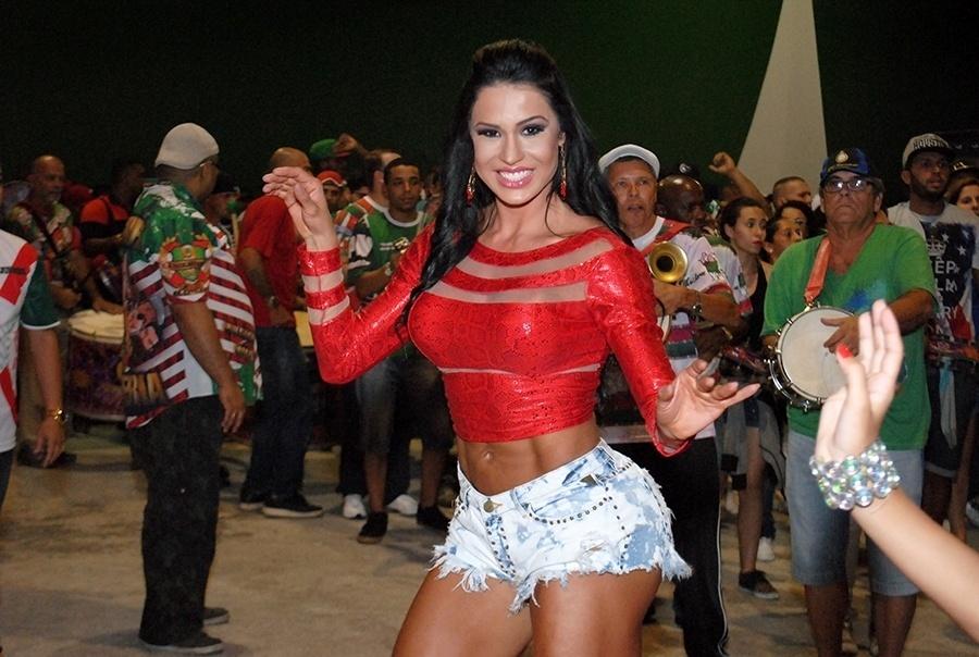23.nov.2014 - Rainha de bateria da X9 Paulistana, Gracyanne Barbosa mostrou muita disposição durante ensaio da escola de samba para o Carnaval 2015. De shortinho jeans curtíssimo e blusinha vermelha, a beldade estava bem à vontade na quadra