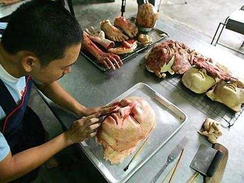 24.nov.2014 - O artista Kittiwat Unarrom é dono de uma padaria na Tailândia e abusa da imaginação para oferecer produtos, digamos, inovadores aos clientes. Ele usa pães para esculpir parte de corpos humanos. O trabalho fica tão real que os pães parecem, na verdade, carne humana, e a padaria lembra o lar de um serial killer. Apesar de o produto não ser para qualquer um (vamos combinar, é preciso ter estômago forte para comer a
