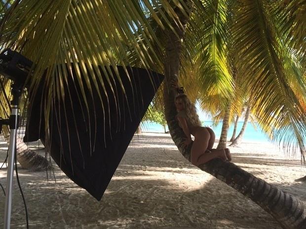 """26.nov.2014 - Indianara Carvalho, a Miss Bumbum Brasil 2014, está no Caribe para fotografar para a capa e recheio da revista Sexy de janeiro de 2015. Antes do ensaio, a modelo se submeteu à cirurgia íntima para voltar a ser virgem. """"Sempre sonhei em posar em um lugar paradisíaco e sempre pensei que se vencesse posaria como Miss Bumbum virgem"""", disse por meio de sua assessoria de imprensa, que também divulgou fotos dos bastidores do ensaio"""