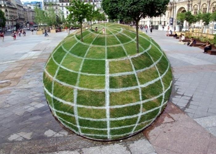 O quê? Um globo gigante no centro de uma praça em Paris? A imagem seguinte vai responder