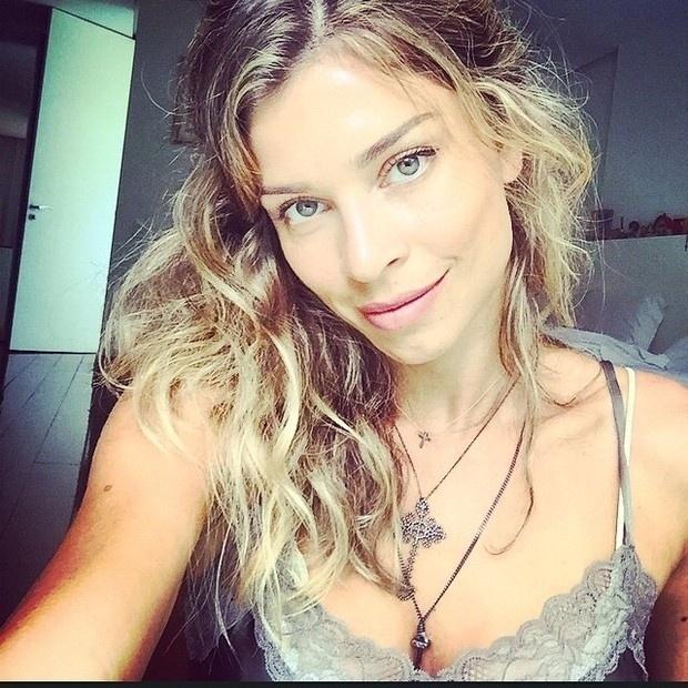 29.nov.2014 - Grazi Massafera chamou a atenção de seus seguidores publicando uma foto que valorizou o seu decote. O objetivo da atriz ao postar a imagem no Instagram era mostrar o colar que ganhou de uma amiga.