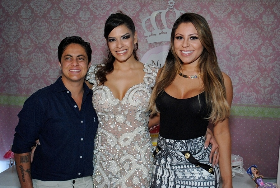 29.nov.2014 - Thammy Miranda e a namorada Andressa Ferreira marcaram presença na festa de aniversário da assistente de palco Nuelle Alves, na madrugada deste sábado (29), em um buffet na zona sul de São Paulo