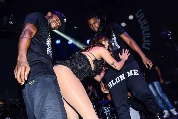 30.nov.2014 - Anitta não só ousou como quase mostrou demais durante o seu show na festa Chá de Alice, em São Paulo. No estilo Miley Cyrus, a cantora sensualizou com os bailarinos e fez poses provocantes durante toda a sua apresentação. No figurino, um body com um generoso decote, orelhas de coelhinha e meia arrastão
