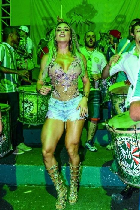 30.nov.2014 - Juju Salimeni era só alegria durante o ensaio de sua escola de samba, a Mancha Verde, que aconteceu na madrugada deste domingo em São Paulo. A beldade exibiu suas curvas usando um pequeno shorts e deixou à mostra os seus atributos com um top transparente e bastante decotado