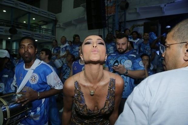 30.nov.2014 - Sabrina Sato durante o ensaio da escola Unidos de Vila Isabel, no Rio