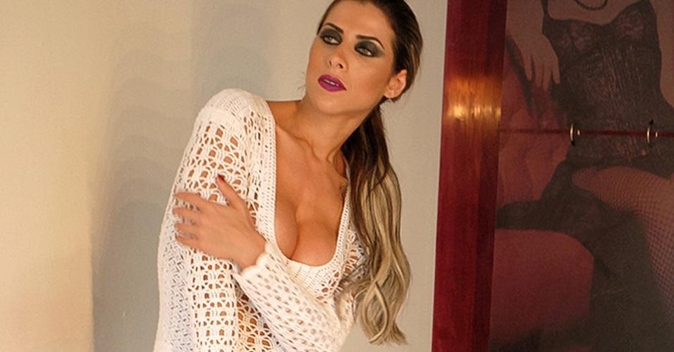 1º.dez.2014 - A ex-panicat Ana Paula Minerato mostrou que está em ótima forma ao participar de um ensaio sexy usando um body branco de crochê. A gata fará parte de uma mostra de fotos sobre a sensualidade das mulheres do fotógrafo Cadu Assalin.