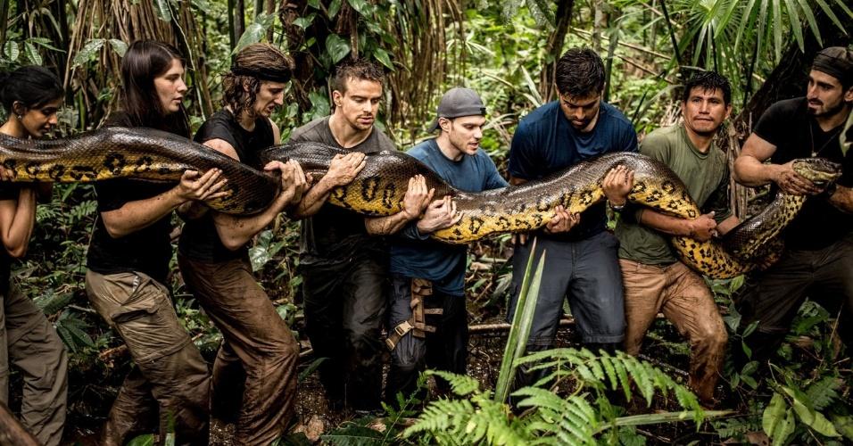 2.dez.2014 - Uma equipe de 12 pessoas acompanhou o cineasta Paul Rosolie na aventura pela Amazônia. Os especialistas se preocuparam não apenas com o naturalista, mas também com o bicho - mesmo com a certeza que adaptação do macacão não seria agressivo à cobra.