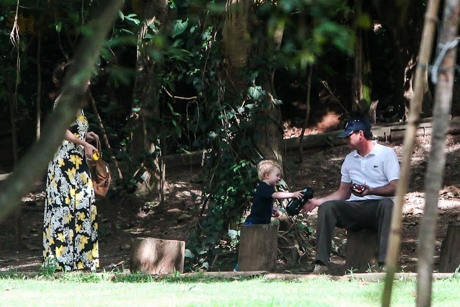 3.dez.2014 - Rogério Ceni apareceu pela primeira vez ao lado do filho Henrique, de dois anos, fruto de uma relação extraconjugal. Na tarde desta quarta, ele foi visto brincando com o menino em uma praça no bairro Morumbi, em SP. De acordo com o relato da fotógrafa Manuela Scarpa, que clicou o momento entre pai e filho, Ceni chegou sozinho à praça cerca de 15 minutos depois da mãe da criança. Logo, já abraçou Henrique e pegou o menino no colo. Quando a chuva ameaçou cair no bairro do Morumbi, os três foram embora juntos no mesmo carro