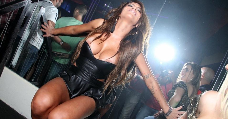 5.dez.2014 - A panicat Gabi Levinnt, capa da Sexy de dezembro, deixa seios à mostra e beija mulheres durante o lançamento de sua Revista na boate La Passion, no centro do Rio de Janeiro, na noite desta sexta-feira
