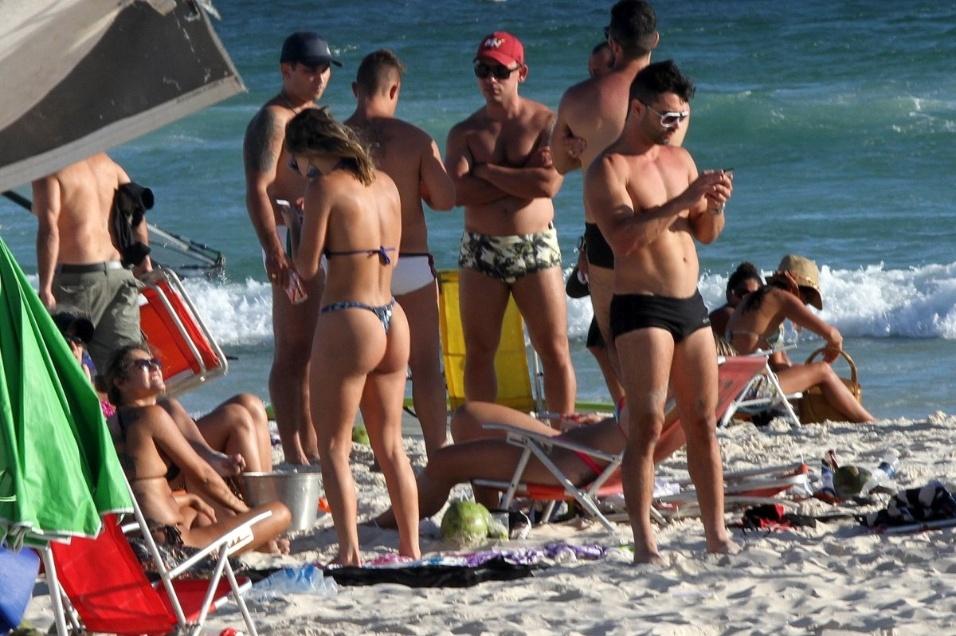 7.dez.2014 - Em ótima forma, a modelo e atriz Laura Keller curtiu o dia de sol em clima de romance na praia da Barra da Tijuca, no Rio de Janeiro
