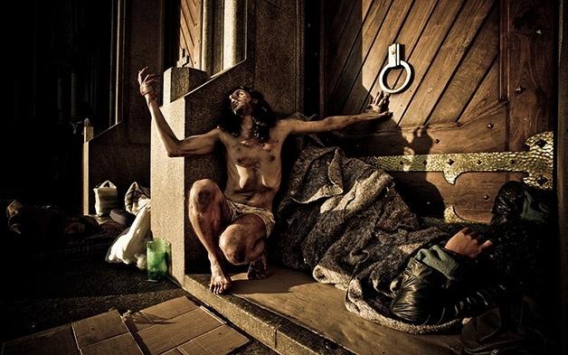 8.dez.2014 - Para protagonizar os ensaios, o designer deixou barba e cabelo crescerem e emagreceu dez quilos. Algumas vezes, Douglas se vestiu de morador de rua para entender como é ser considerado um excluído da sociedade.